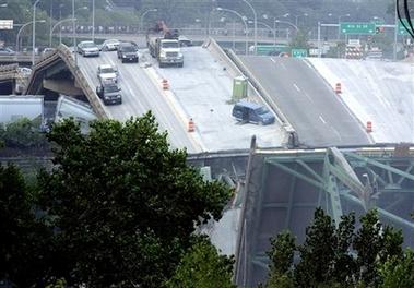 美国发生桥梁坍塌事故 多辆汽车坠河