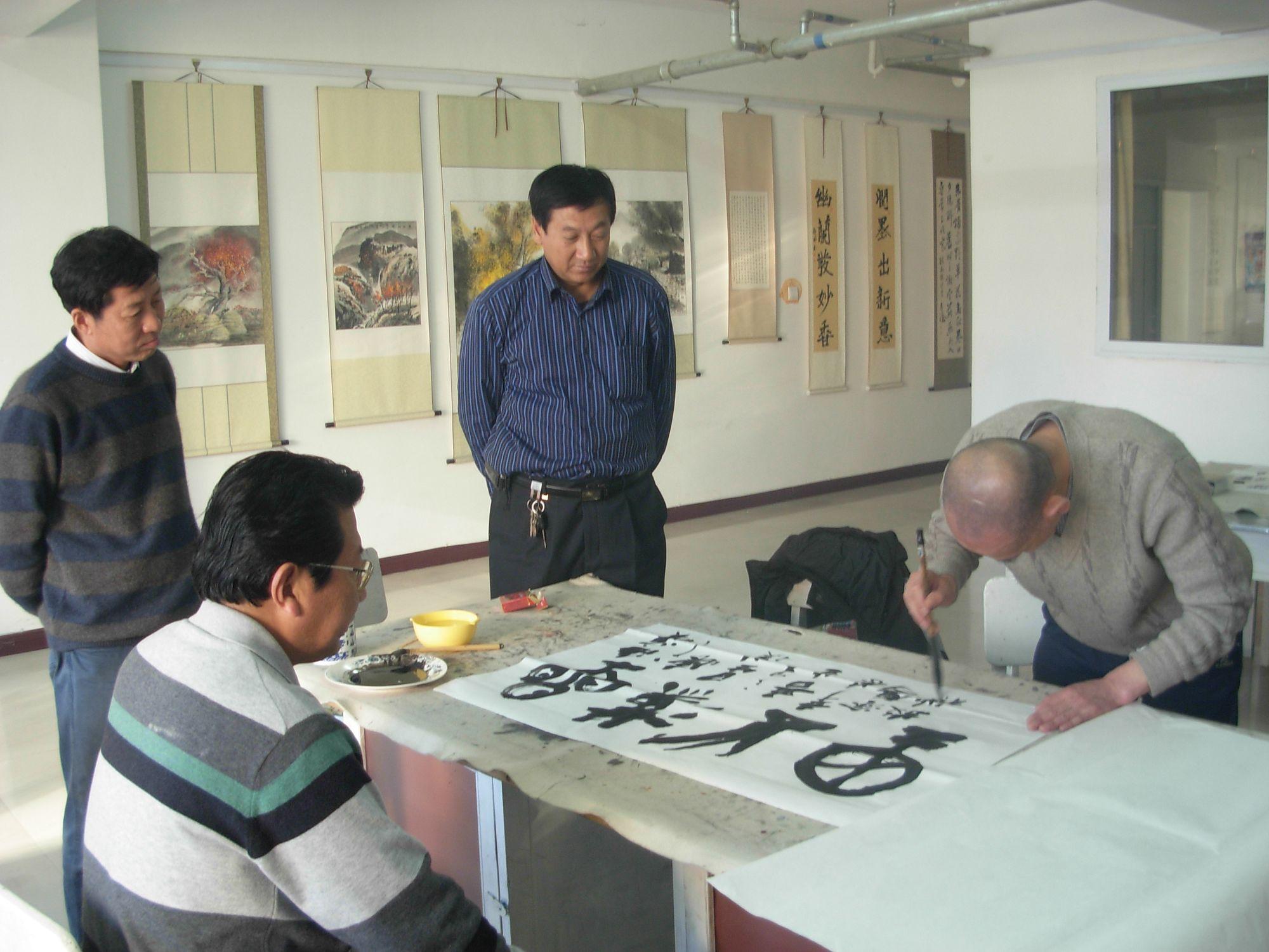 天成观考察古楹联并同我县部分书画,楹联家进行了艺术交流.图片