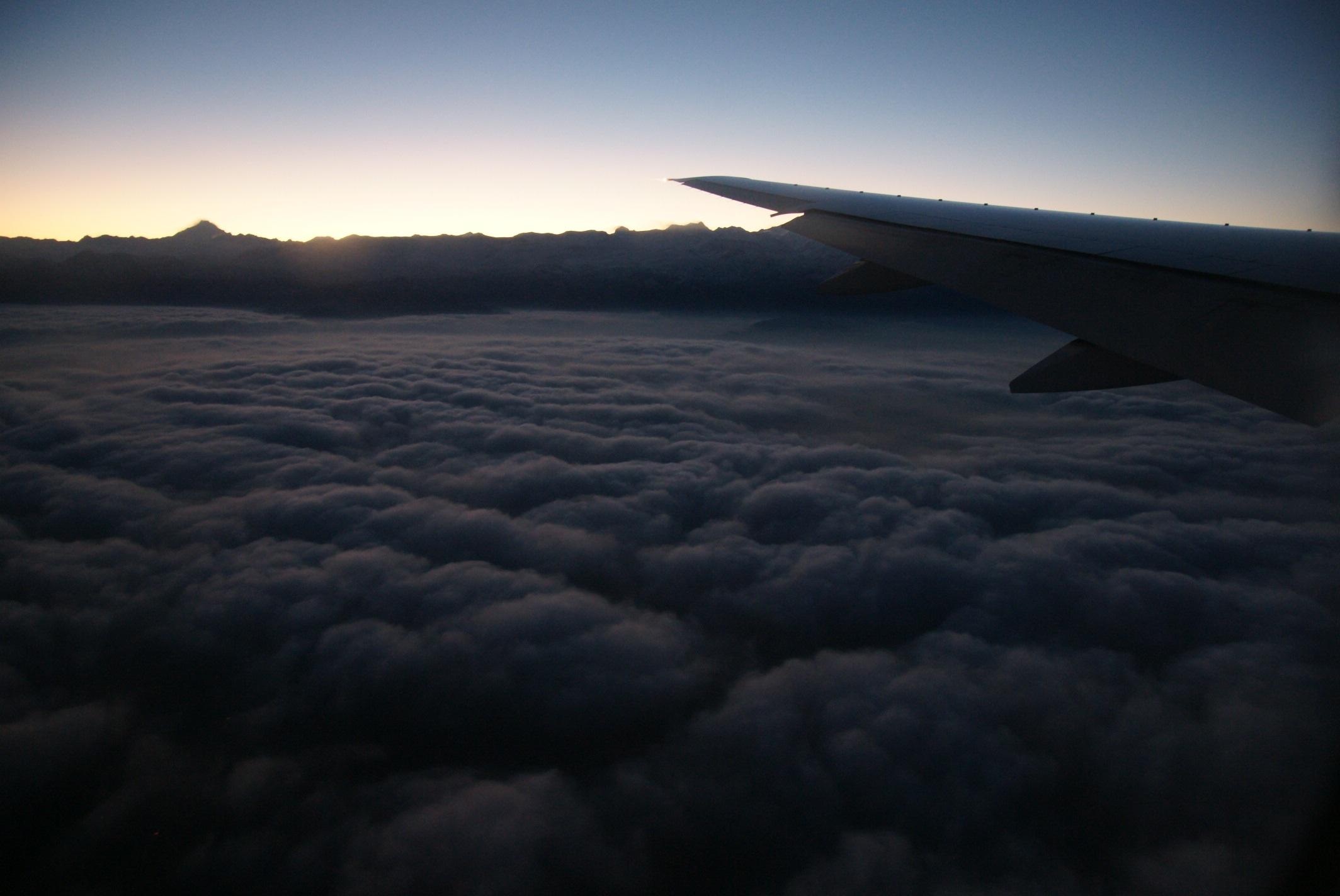空中拍摄夜幕降临的时刻——飞机在云海之上