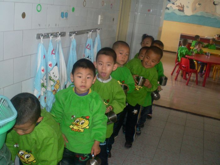 幼儿园排队入厕图片