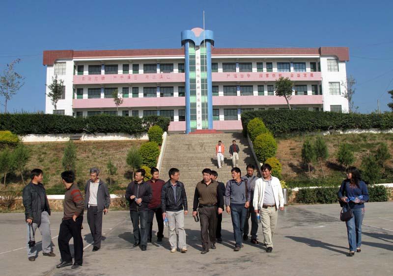 巧家一中党政领导参观白鹤滩中学