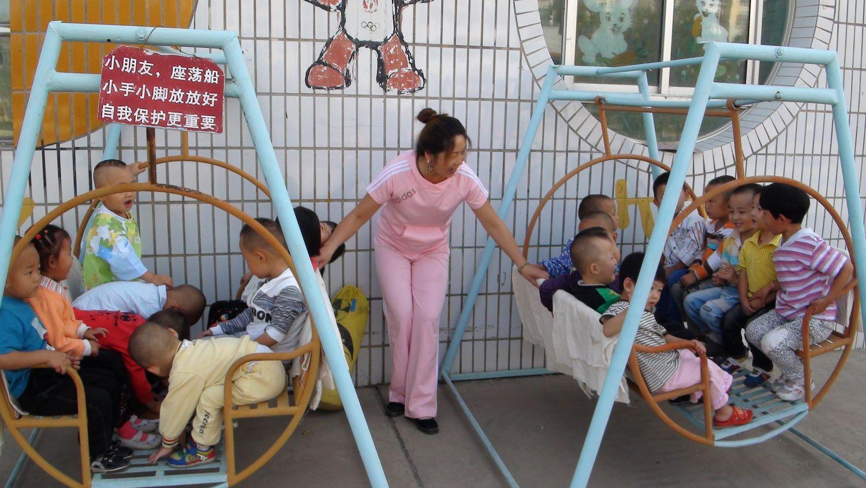 市四幼的老师们早早来到幼儿园,以灿烂的笑脸,迎接新生开学第一天!