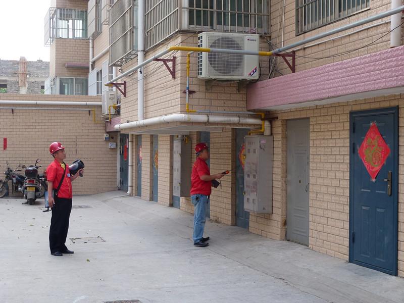 为进一步消除燃气安全隐患,防范事故发生,市燃气总公司于近日组织开展夏季燃气安全大检查活动,对公司管理范围内的7.3万民用户、公福用户及燃气管网设施进行一次拉网式安全大检查,印制了宣传材料7万余份,分发到每一个燃气用户家中。每到一户,工作人员都认真检查用户燃气设施运行情况,深入开展燃气安全宣传,耐心解答用户咨询,对存在的隐患,及时进行整改。为及时发现安全隐患,该公司投资40余万元购买了1台激光甲烷遥距检测仪和40台高灵敏度燃气泄漏检测仪,对全市燃气管道设施进行巡回检查,及时发现并处理了一大批安全隐患,有效遏